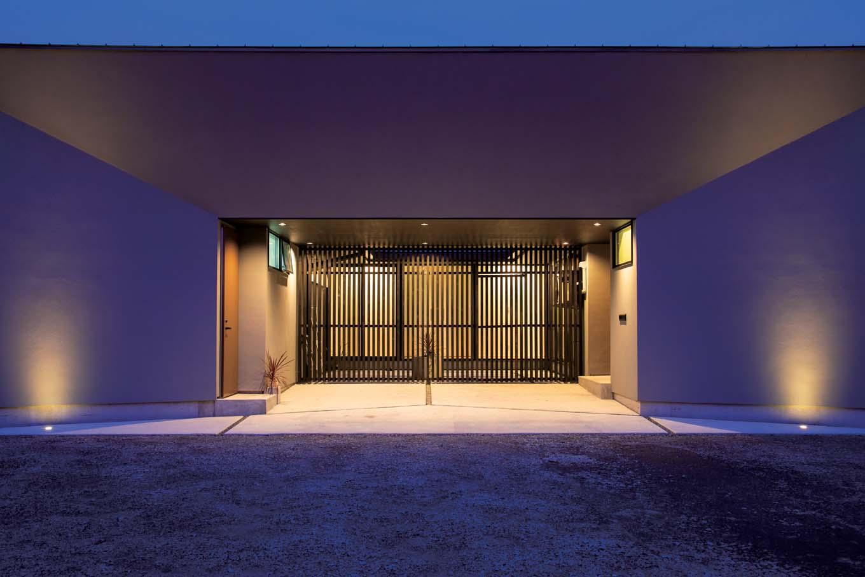 TENアーキテクツ 一級建築士事務所【デザイン住宅、高級住宅、建築家】二度見したくなるほどインパクトのあるファサード。住宅というよりも店舗やミュージアムのように見える。右側が玄関、左側は奥さまが経営するエステサロン専用の入口