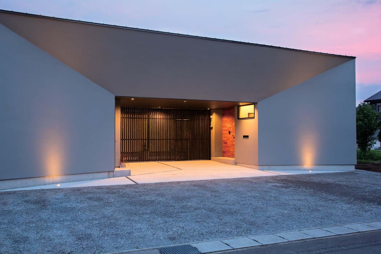 TENアーキテクツ 一級建築士事務所【デザイン住宅、高級住宅、建築家】住まう人の個性を大事にプランニングされた独創的な外観デザイン。ライトアップにもセンスを感じる