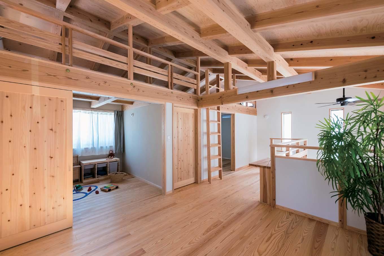 2階のフリースペース。上吊戸を採用したことで敷居をなくし、こども部屋の扉を開けるとより広々とした遊びの空間に。将来は寝室として間仕切ることもできる。上部は12畳大のロフト
