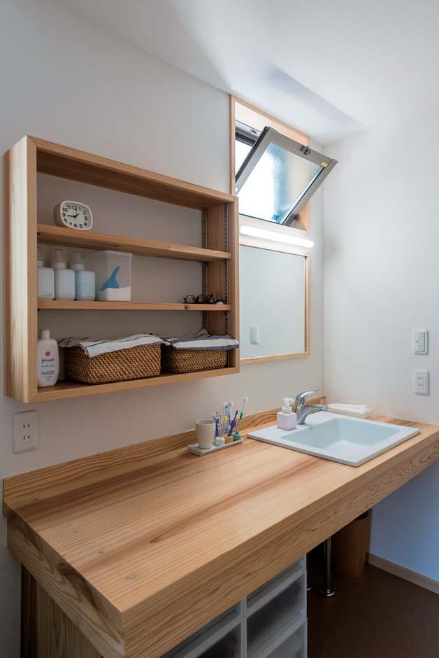 地元の杉材を利用した洗面台。カウンターを広くすることで作業効率アップ