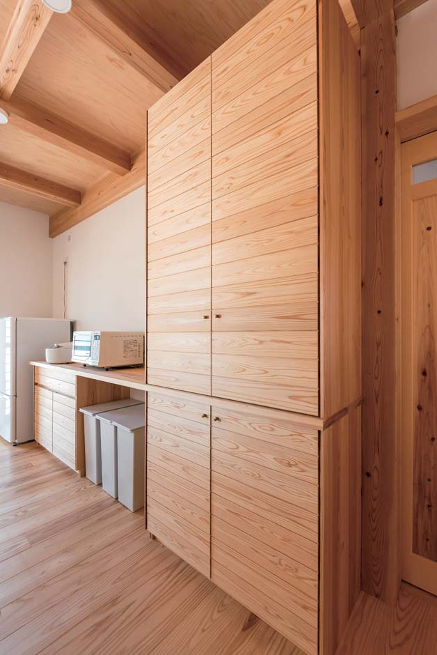 キッチン背面の食器棚。棚や家具もすべて造作。自分仕様なので使い勝手抜群だそう