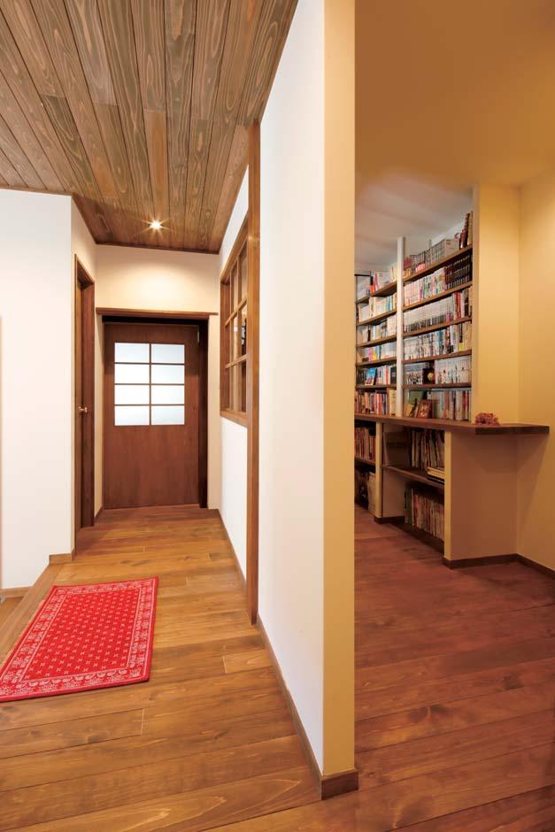 廊下は2つ。表のお客様を招く廊下と裏の書棚や趣味の品々を飾ったり、収納の目的を兼ねた廊下が格子窓のある間仕切り壁で並ぶ