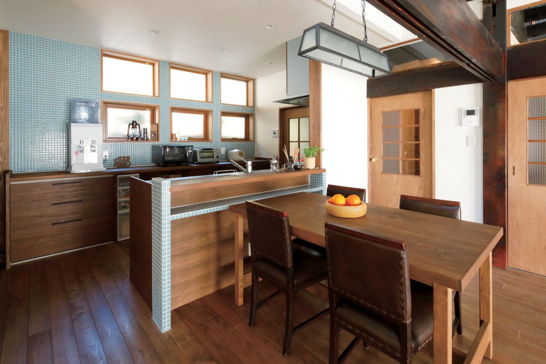 対面キッチンは窓にリズム感をつけて、モザイクタイルで素材感と素朴感を持たせ、懐かしさを感じる空間に