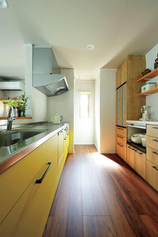 ほっと住まいる|キッチンは明るいイエローで。調理をするとき気持ちがアップするようにと奥さまがチョイス