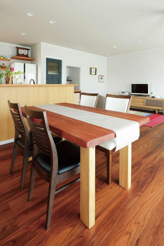 ほっと住まいる|ダイニングテーブルは旧居の座卓を活用。ご主人自らノミで塗装を削り仕上げた
