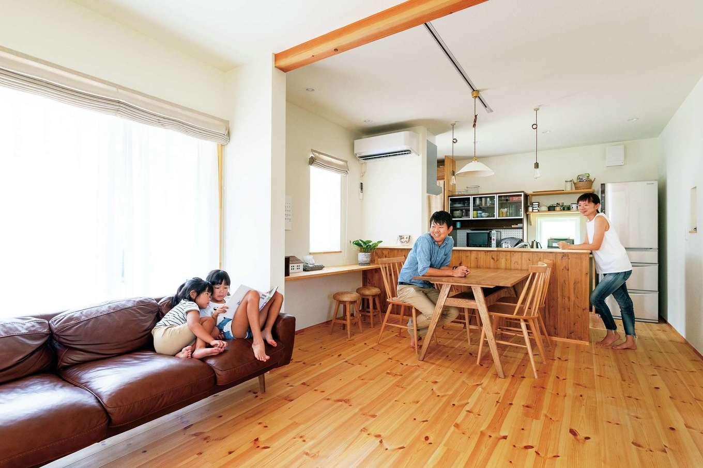 Casa(カーサ)【趣味、自然素材、インテリア】性能を重視するご主人を納得させたのが、家の断熱性と気密性。猛暑でも29度設定の冷房で十分涼しく、真冬はリビング階段に暖簾をかけ、暖気を閉じ込める工夫で快適に過ごせているという。耐震性や耐久性の高さも魅力