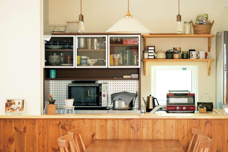 Casa(カーサ)【趣味、自然素材、インテリア】キッチンボードの高さに合わせ、背面収納を造作。キッチンを隠す造作壁も濃い色合いに揃えた