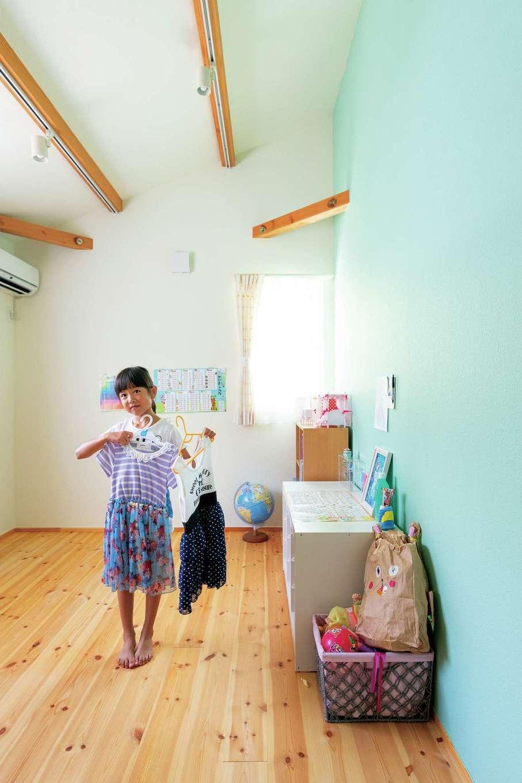 Casa(カーサ)【趣味、自然素材、インテリア】長女はグリーンをセレクト。2階居室は勾配天井が開放感を感じさせる