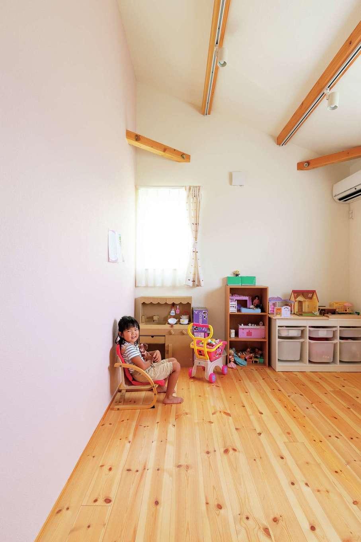 Casa(カーサ)【趣味、自然素材、インテリア】子ども室の壁は子どもたちが選んだ。次女の部屋はピンクに