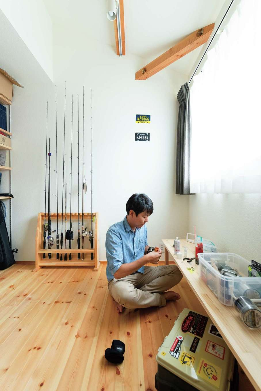 Casa(カーサ)【趣味、自然素材、インテリア】釣りが趣味だというご主人。書斎には、大工さんが造作したロッドホルダーを置き、釣り竿の手入れを楽しんでいる