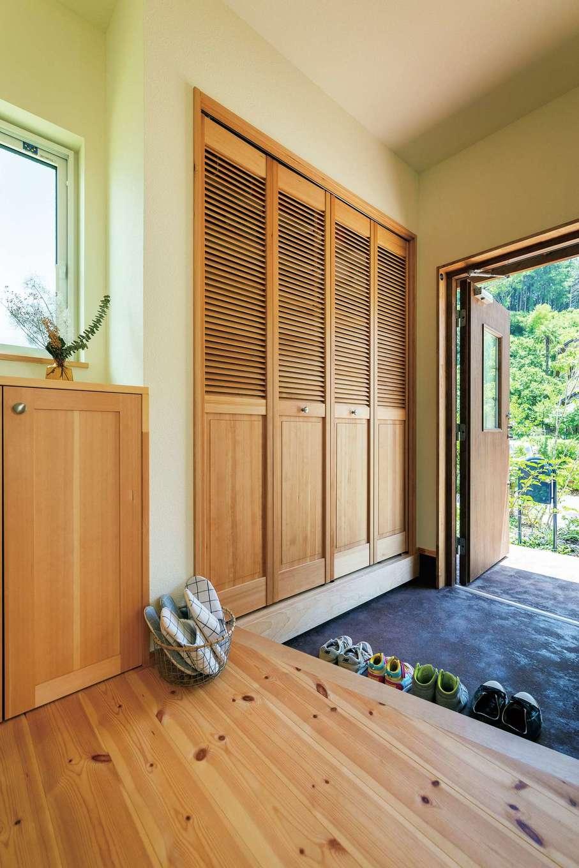 Casa(カーサ)【趣味、自然素材、インテリア】玄関にはルーバータイプの扉付き収納を設置。通気性がよく、見た目もスマート