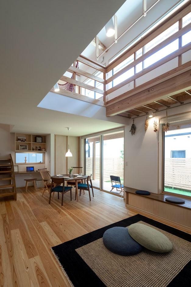 『あだちの家。』に標準でついてくる吹抜け。光を届ける役割のほか、一階で暖めた空気を二階に回したり、ロフトに設置したエアコンからの冷風を一階に届けたり、快適な家づくりには欠かせない。風を通しやすくする、「立体通風」というパッシブデザインの手法のひとつ