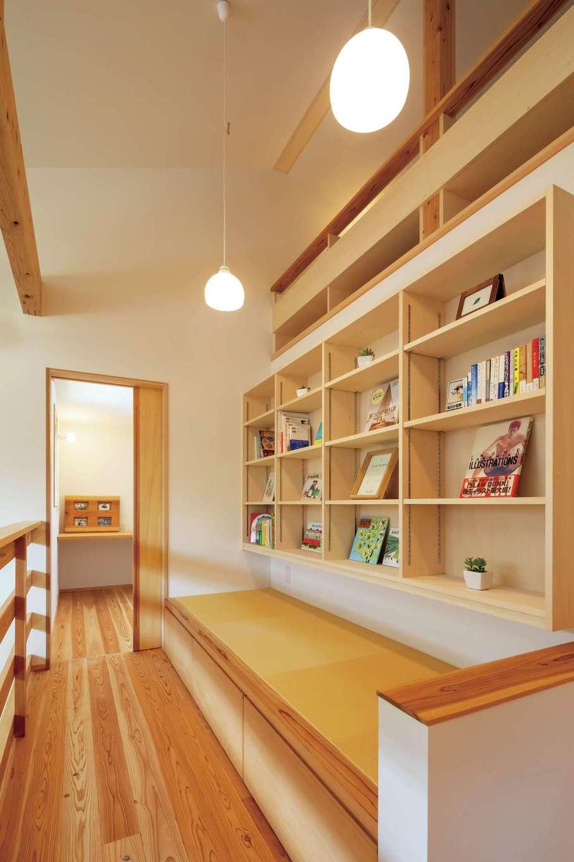 2階ホールの畳コーナーは本棚と併せて造作。洗濯物をたたんだり、読書やお昼寝も
