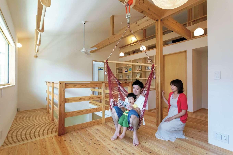 室内干しポールやハンモックを設え、多用途に使えるフリースペース