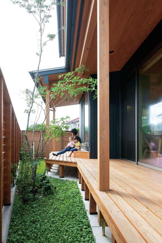 あだちの家。足立建築【子育て、収納力、間取り】家と庭をトータルでデザインし、庇付きのデッキを設置