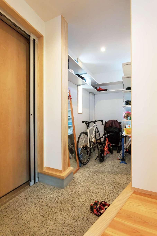 あだちの家。足立建築【子育て、収納力、間取り】玄関のクロークの奥から洗面、キッチンに直接出入りでき、帰宅後の動線を短縮