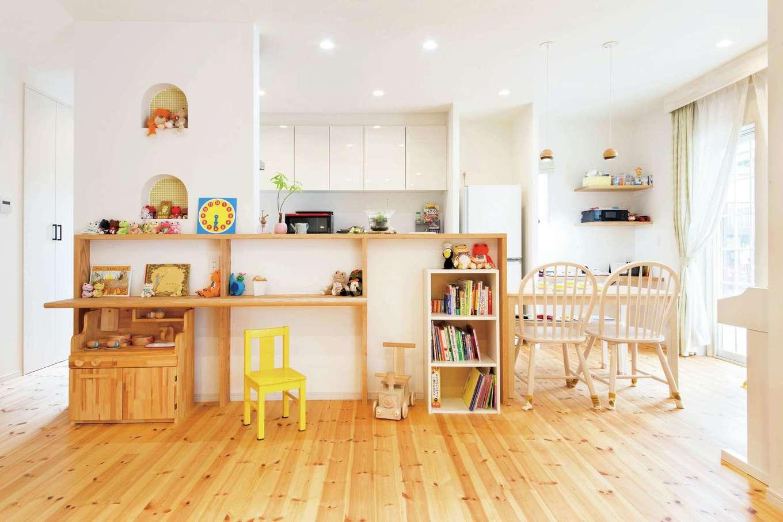 """四季彩ひだまり工房 高田工務店【デザイン住宅、自然素材、平屋】子育てママにやさしい2WAYのアイランドキッチン。ダイニングテーブルを並列させたことで家事時間を短縮。造作カウンターは将来的に子どものスタディコーナーに。カフェのような""""見せる収納""""もおしゃれ"""