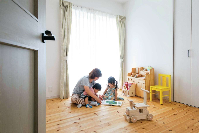 四季彩ひだまり工房 高田工務店【デザイン住宅、自然素材、平屋】長女と長男なので、子ども部屋は最初から2部屋を用意。パイン材の床が肌にやさしく、小さな子どもが直接寝転んでも安心。歳月とともに飴色に変わっていく経年美も楽しみ。建具とカーテンの色にもこだわった