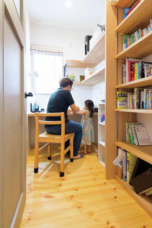 四季彩ひだまり工房 高田工務店【デザイン住宅、自然素材、平屋】玄関を入って真正面に位置するご主人の書斎。仕事上、蔵書が多いため、本のサイズ、量に合わせて書棚を造作。景色を眺めながら快適に仕事ができるよう、窓の位置と大きさにも配慮した