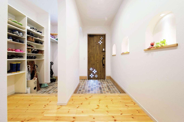 四季彩ひだまり工房 高田工務店【デザイン住宅、自然素材、平屋】家の「顔」である玄関ホールはゆったり広々と。家族とゲストの下足場を壁で仕切ることで、空間を常にスッキリと見せる。ニッチの小物に奥さまのセンスが光る