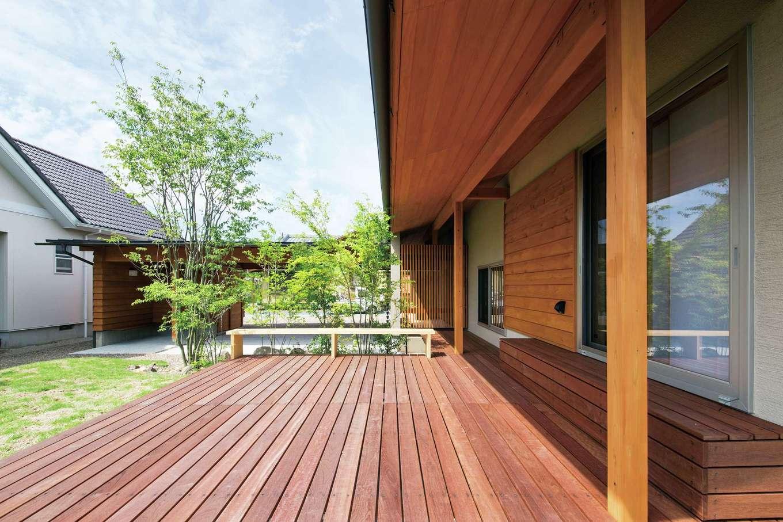 樹々匠建設【デザイン住宅、高級住宅、間取り】軒を深く取り、太陽をコントロール。開放的なウッドデッキにもベンチを配置