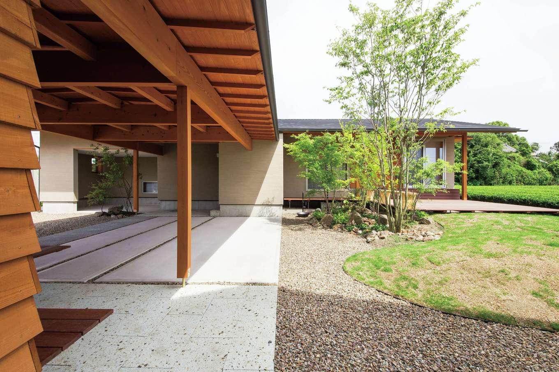 樹々匠建設【デザイン住宅、高級住宅、間取り】大好きなバイクも車も濡れないガレージ。外ベンチから庭を眺める至福のひと時を