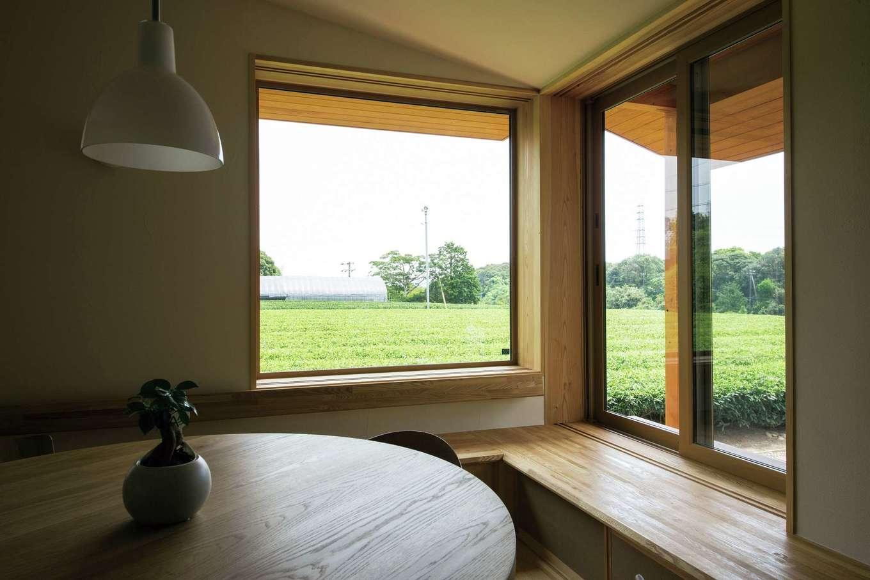 樹々匠建設【デザイン住宅、高級住宅、間取り】外に見える茶畑の風景が窓で切り取られ、額縁に入った絵画のように見える