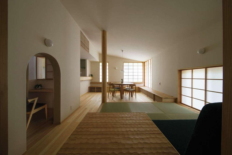 """樹々匠建設【デザイン住宅、高級住宅、間取り】LDKの隣には、茶室のような入り口からにじり入る""""書斎""""が配置されており、キッチンとも緩やかにつながる"""