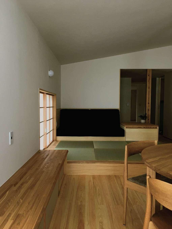樹々匠建設【デザイン住宅、高級住宅、間取り】小上がりの畳敷きの造り付けソファに座って、窓の外の景色の移り変わりを眺めていると時間を忘れる