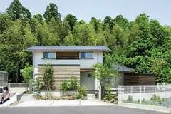 森に溶け込む佇まい 豊かに暮らす「緑囲の家」