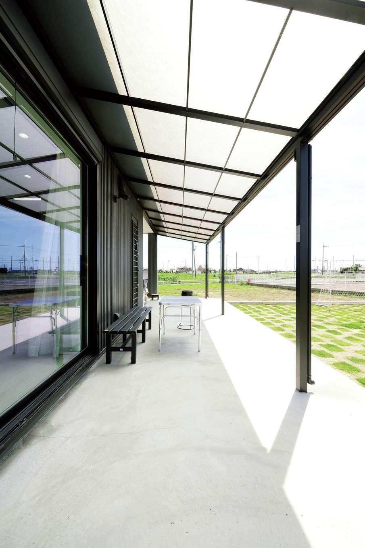 蔵一産業【デザイン住宅、子育て、間取り】リビング、キッチン、脱衣室からも出られる1階のテラスデッキ。屋根付きなので、雨の日でも窓を開けて換気できる