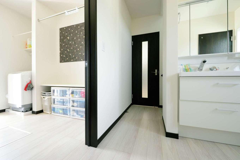 蔵一産業【デザイン住宅、子育て、間取り】脱衣室と洗面室を完全に分けたことで、誰かが入浴中でも歯磨きや手洗いができる