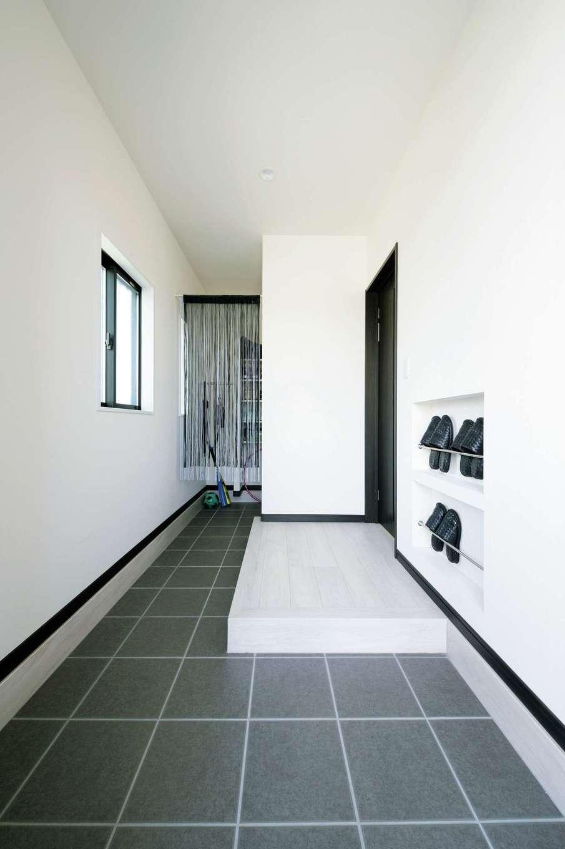 蔵一産業【デザイン住宅、子育て、間取り】通り土間のある玄関。スリッパ立ては造作