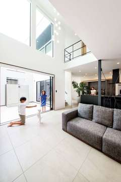 開放感とプライバシーを両立 40 畳のLDKと中庭のある家