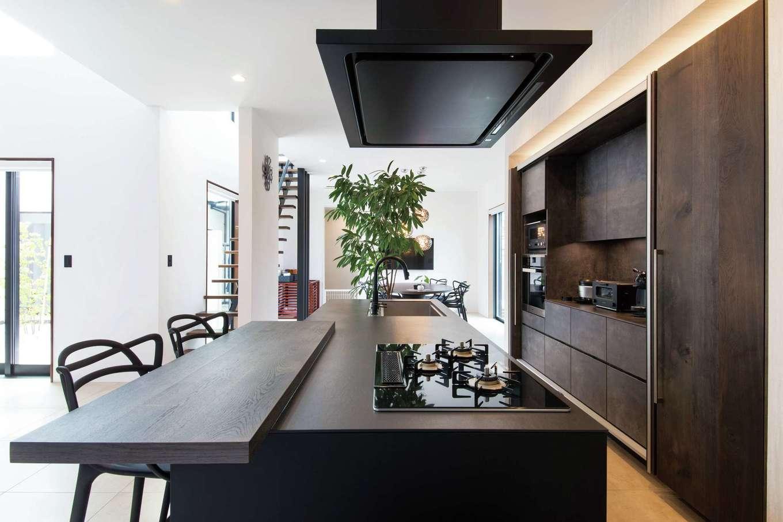 寿建設【高級住宅、間取り、屋上バルコニー】キッチン&カップボードはインテリアの主役に。マットブラック仕上げの表面は熱やキズに強く、ソフトで滑らかな手触り。端正なそのデザインはまさに「引き算の美学」