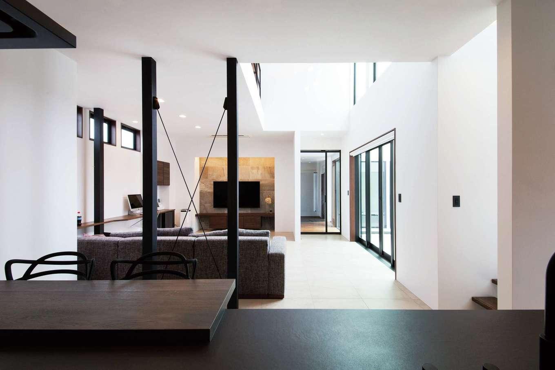 寿建設【高級住宅、間取り、屋上バルコニー】白と黒のコントラストで美しく統一されたLDKはモダンな空間に