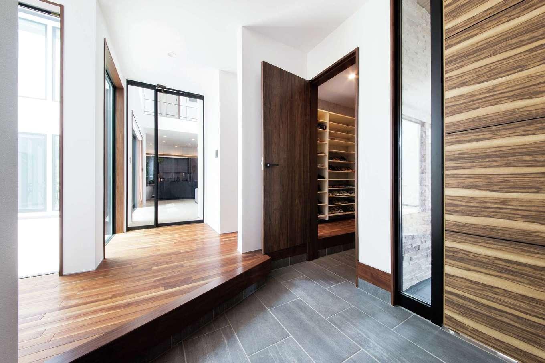 寿建設【高級住宅、間取り、屋上バルコニー】ゆったりとした玄関ホール。入るとすぐに中庭と透明のリビングドアが目に飛び込んできて思わず息をのむ