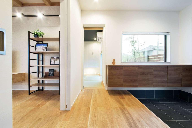 住たくeco工房【子育て、自然素材、間取り】ゆったりとした玄関ホール。ワイド型のシューズクロークを採用し、空いたスペースに大きな窓を設置。リビングを通らずに和室、トイレにアクセスできるようにした