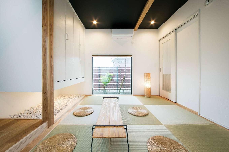 住たくeco工房【子育て、自然素材、間取り】ゲストの寝室にもなる独立型の和室。FIX窓から坪庭も見える
