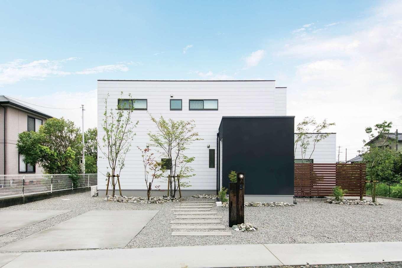 住たくeco工房【子育て、自然素材、間取り】白・黒・木でデザインしたスタイリッシュな外観デザイン。エクステリアにも素朴な美しさがある