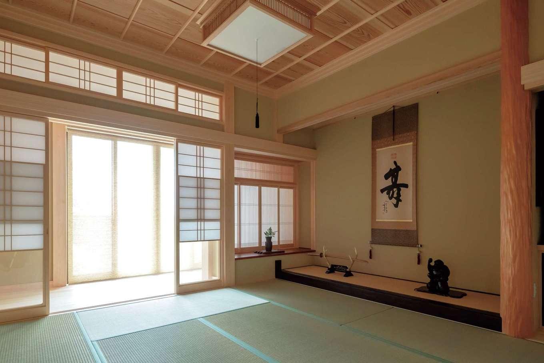カネタケ竹内建築【和風、二世帯住宅、夫婦で暮らす】『カネタケ』の技術の高さを物語る書院造りの和室。床の間や書院棚、雪見障子など、設えの1つ1つに「侘び・寂び」の精神が息づいている。建物の壁の下地はすべて日本古来の「竹小舞土壁」仕上げ。調湿性にすぐれ、壁内結露を防いで年中快適な空間を保つだけでなく、構造体の強度も増す