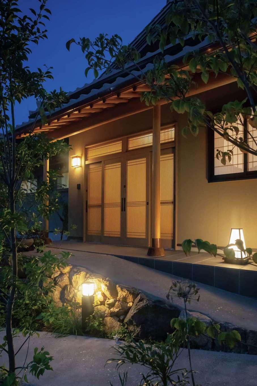 カネタケ竹内建築【和風、二世帯住宅、夫婦で暮らす】夕闇が深まって灯りがともると、数寄屋の佇まいに幽玄さが加わっていっそう情緒ゆたかな表情に