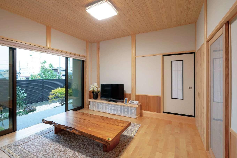 カネタケ竹内建築【和風、二世帯住宅、夫婦で暮らす】テラスに通じるリビング。床には堅くて傷がつきにくいサクラを用い、生活しやすい空間を実現