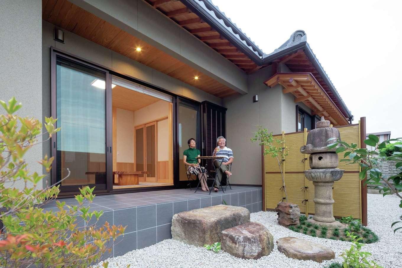 カネタケ竹内建築【和風、二世帯住宅、夫婦で暮らす】建物と庭をトータルで提案し、完成度の高い住まいが実現。外観の見映えにこだわり、雨どいの付け方まで工夫されている。テラスで庭を眺めながら寛ぐのが夫妻の楽しみ
