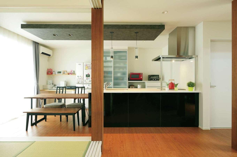 コットンハウス【子育て、省エネ、間取り】奥さまがこだわったペニンシュラ型のオープンキッチン。ワークスペースにゆとりを持たせ、テーブルも一列に並べてあるので、調理も配膳も片付けもすいすいできる。キッチンの隣には水回りスペースがあり、家事をする場所を一か所にまとめて動線を短縮