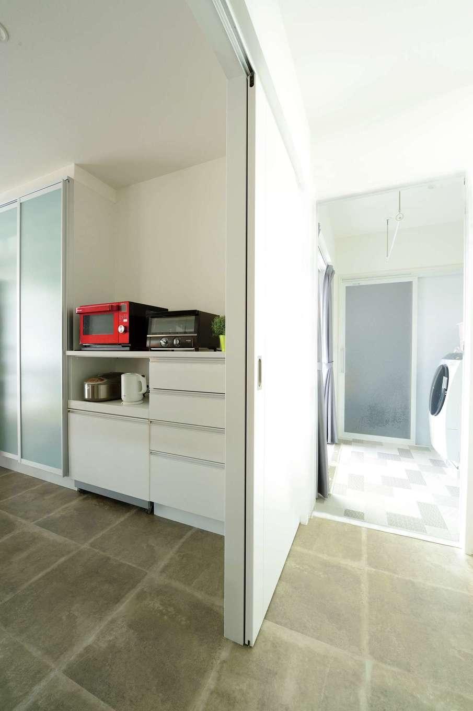 コットンハウス【子育て、省エネ、間取り】キッチンから水回りに至る動線を短縮。脱衣室の掃出し窓の外に物干し場を確保