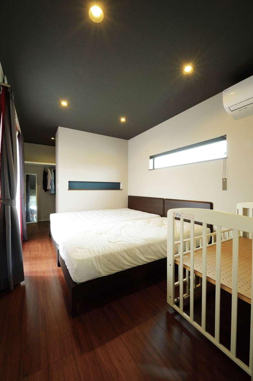 コットンハウス【子育て、省エネ、間取り】黒い天井がシックな寝室。壁の奥はクローゼット