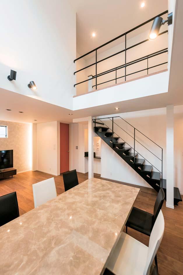 アトリエサクラ【デザイン住宅、間取り、ガレージ】リビング階段と2階ホールの手すりは、アイアンを用いてスタイリッシュに