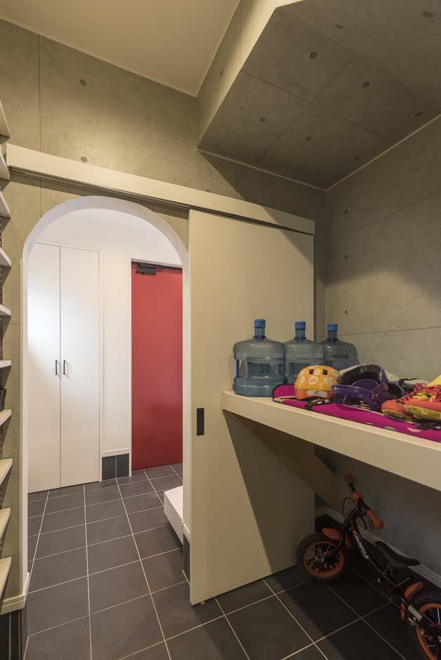アトリエサクラ【デザイン住宅、間取り、ガレージ】シューズクロークには、子どもの遊び道具やウォーターボトルなども収納している