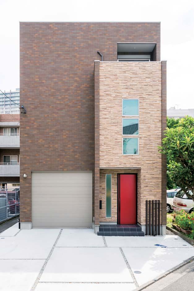 アトリエサクラ【デザイン住宅、間取り、ガレージ】ツートンカラーのタイルを用いたシンプルモダンな外観。玄関ドアが差し色に